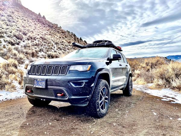 Offroading Grand Cherokee with Airlinks Lift Kit